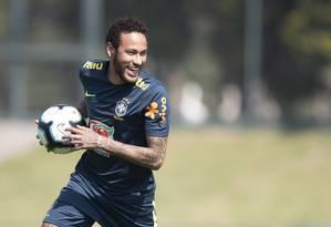 Neymar sorri em treino da seleção no sábado, na Granja Comary Foto: Lucas Figueiredo/CBF