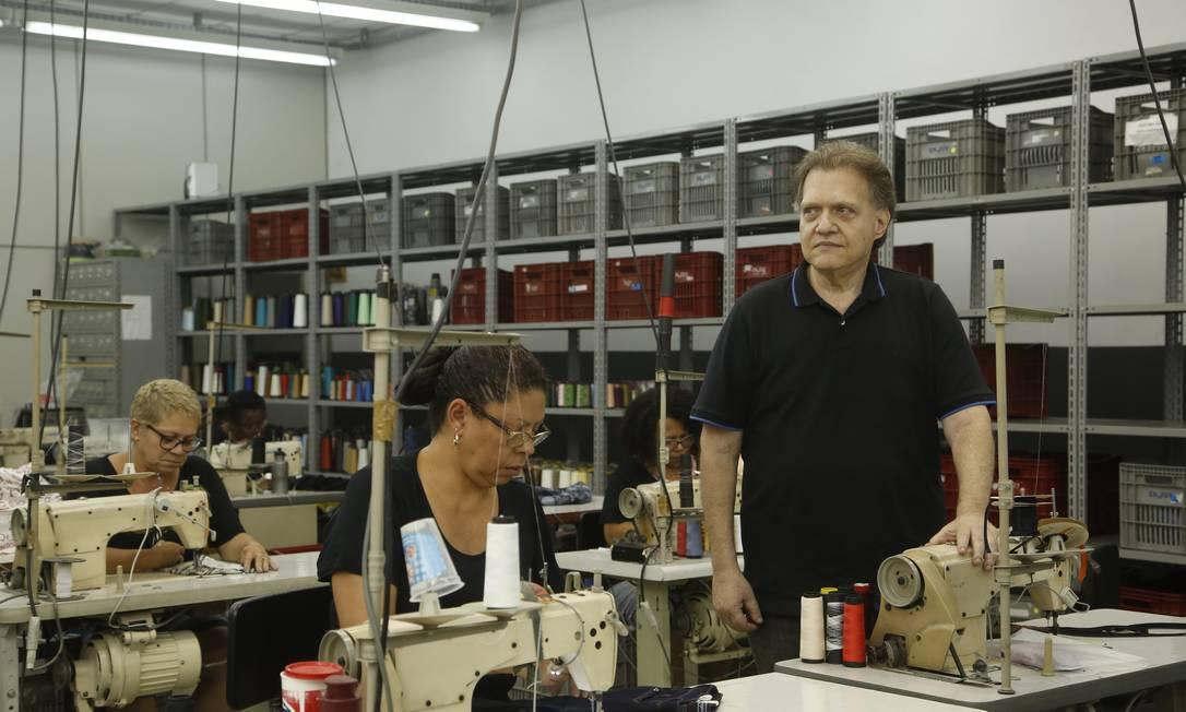 Julio Dashis, sócio da Enjoy, adiou expansão da confecção e da rede de lojas. Em meio à incerteza sobre o futuro da economia, prefere ficar longe do banco Foto: Fábio Guimarães / Agência O Globo