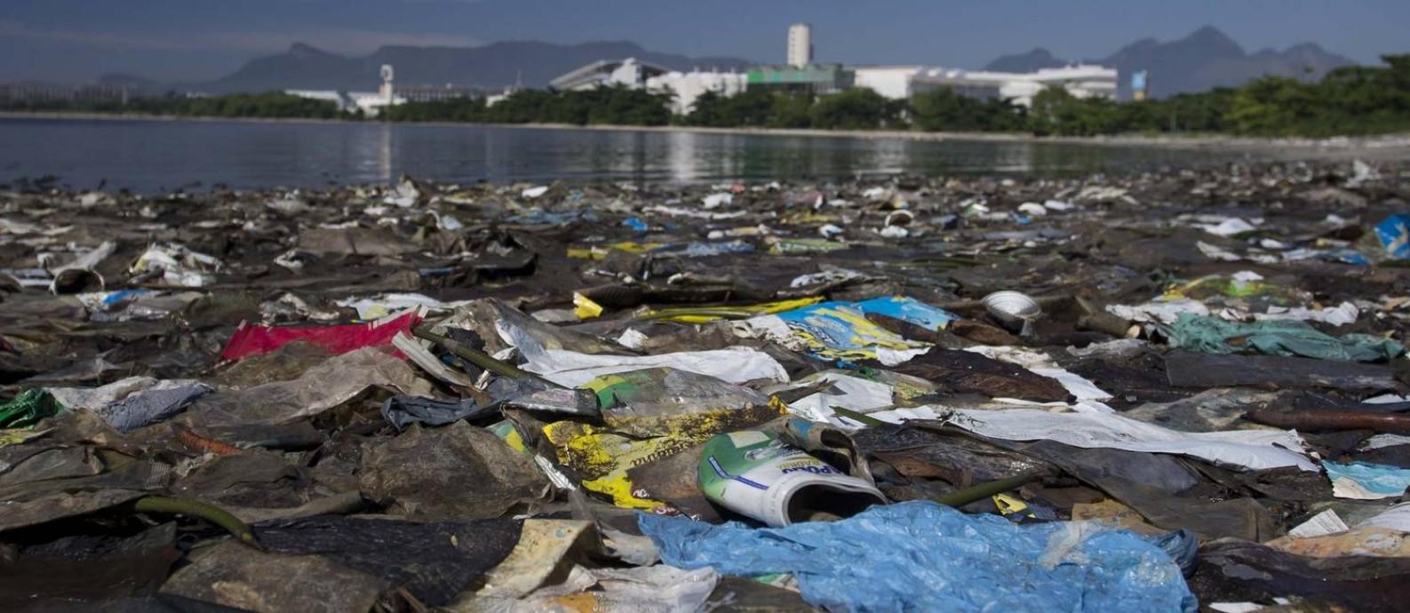 Mar de lixo: concentração de plástico e outros resíduos em praia da Ilha do Fundão, uma das três áreas onde foram coletadas amostras para pesquisa da PUC Foto: Márcia Foletto / Agência O Globo