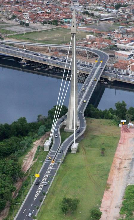 A Ponte do Saber, ponte estaiada que liga a Ilha do Fundão, onde fica a Cidade Universitária da UFRJ, à Linha Vermelha Foto: Genílson Araújo / Parceiro OGlobo