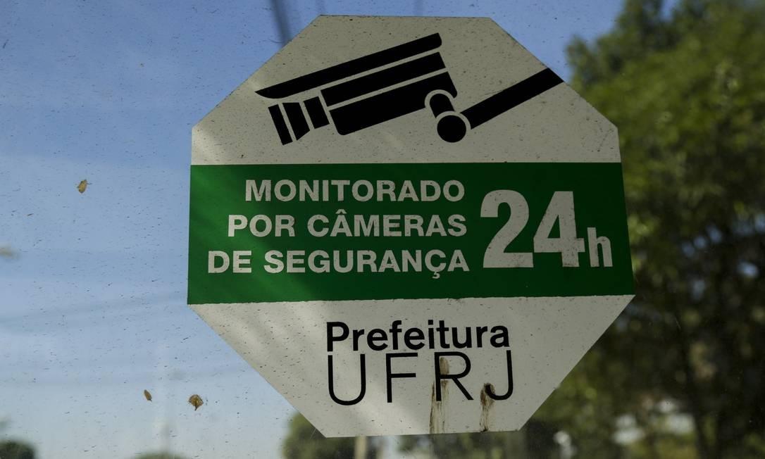 Câmeras de segurança foram instaldas para aumentar a segurança no campus do Fundão Foto: Gabriel de Paiva / Agência O Globo