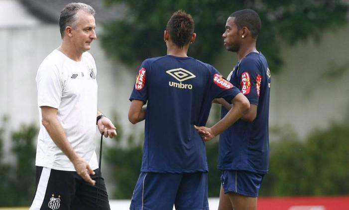 Dorival Júnior conversa com Neymar (de costas) e Robinho em treino do Santos em 2010 Foto: Eliária Andrade