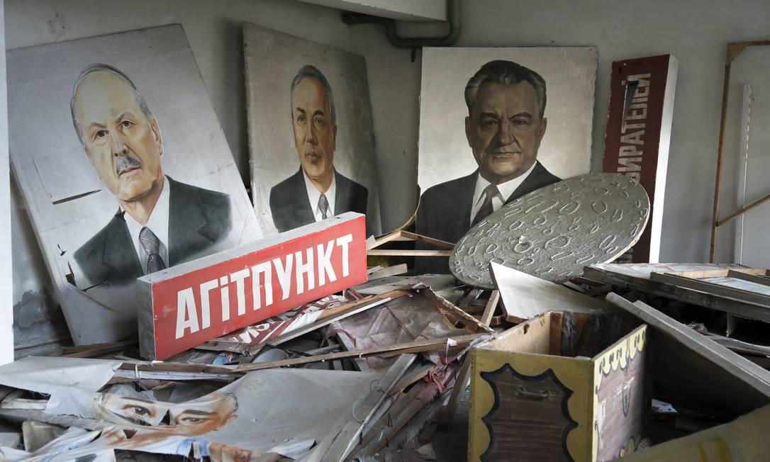 Cartazes de líderes soviéticos cobertos em poeira radioativa em Pripiat, na Ucrânia, em registro de março de 2016 Foto: Efrem Lukatsky / AP