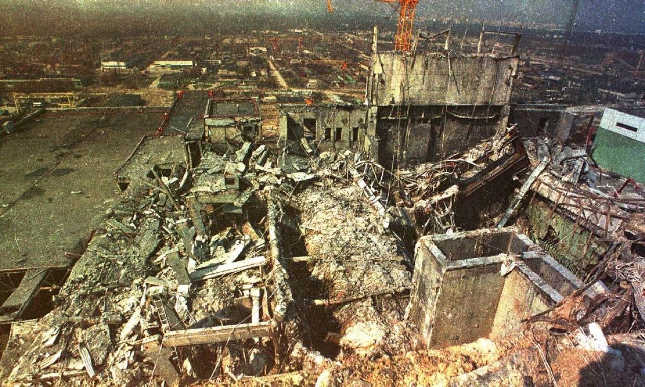 O telhado da usina após a explosao do quarto reator de Chernobyl, em imagem de 1986 Foto: Igor Kostin / REUTERS