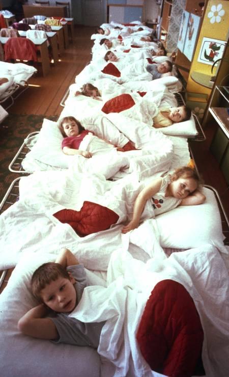 Crianças repousam em ala hospitalar em Syekovo, cidade próxima de Chernobyl, em abril de 1990. Quatro anos após o acidente, as crianças ainda sofriam com problemas intestinais por exposição à radiação Foto: AP Photo/File