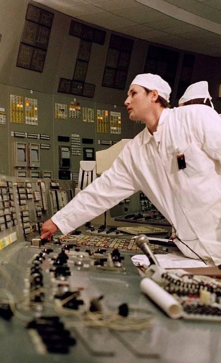 O engenheiro chefe de Chernobyl, Sergey Bashtovoi, desliga o terceiro reator da usina em 15 de dezembro de 2000. O terceiro reator foi o último a ser desligado e encerrou definitivamente o funcionamento da usina nuclear, quatorze anos após o acidente no reator 4 em 1986 Foto: Kostantin Diordiev / AFP PHOTO