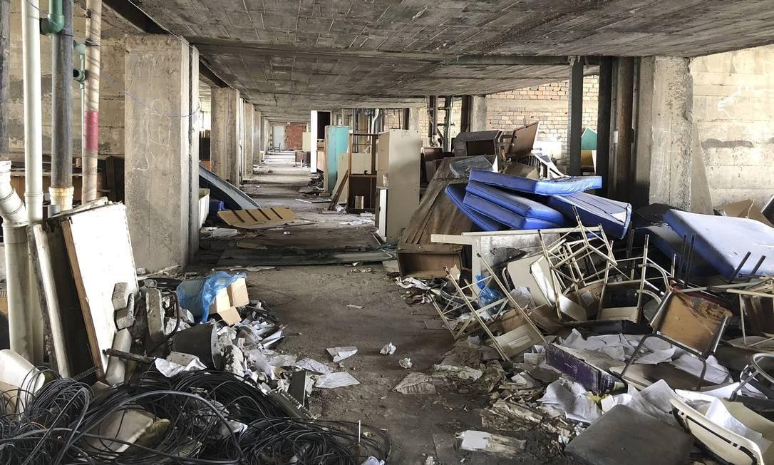 O Hospital Universitário também tem alas abandonadas que acumulam entulho Foto: Márcia Foletto / Agência O Globo