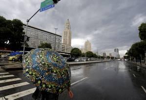 Centro do Rio registra chuva na tarde desta segunda-feira Foto: Marcelo Theobald / Agência O Globo