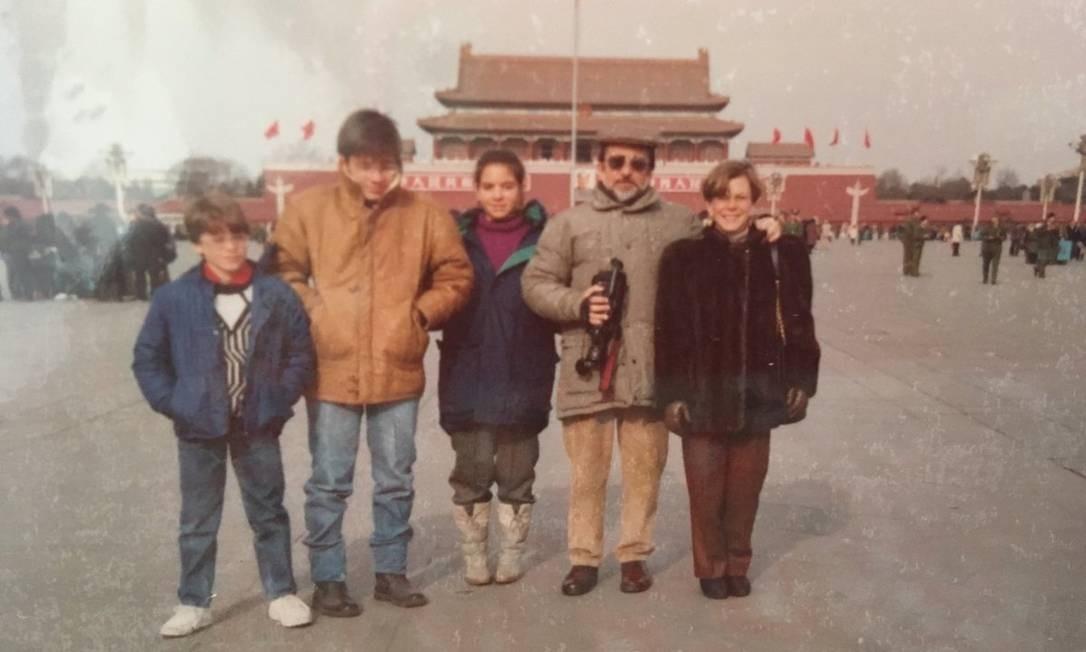 Embaixador Abdenur, mulher e filhos na chegada a Pequim em janeiro de 1989; ao centro da foto, sua filha Adriana, que tinha 14 anos quando ocorreu o Massacre da Praça da Paz Celestial Foto: Arquivo Pessoal