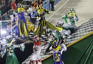 No carnaval de 2019, a São Clemente levou à Sapucaí uma alegoria criticando as recentes viradas de mesa no carnaval carioca, mas votou pela permanência da Imperatriz Foto: Luís Alvarenga / Agência O Globo