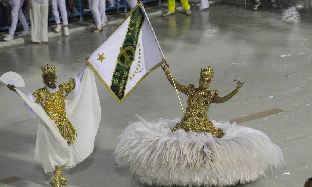 Casal de mestre-sala e porta-bandeira Foto: Guito Moreto / Agência O Globo