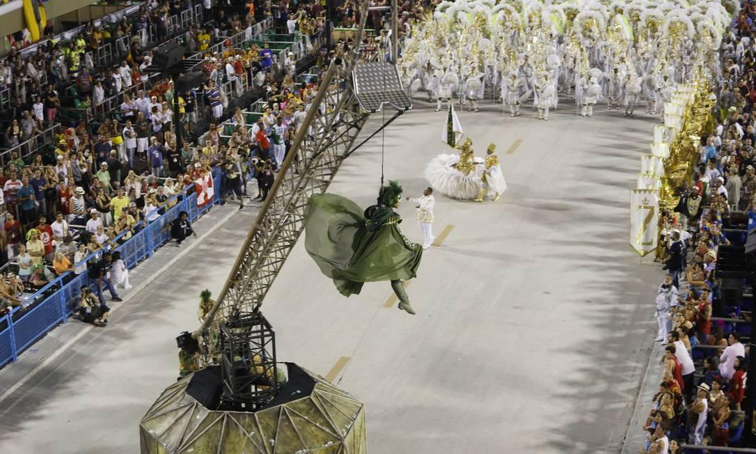 Um guindaste manual controlado pelos próprios membros da comissão de frente fez Robin Hood voar no desfile. Apresentação da comissão de frente da escola de samba de Ramos Foto: Luís Alvarenga / Agência O Globo
