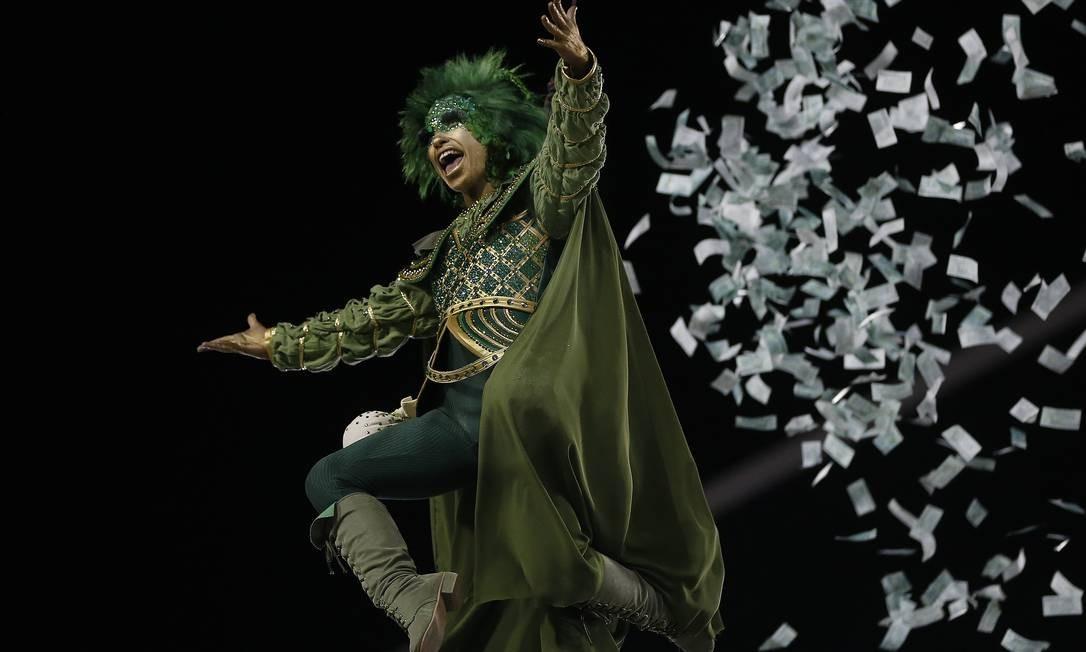 O Robin Hood da comissão de frente jogou dinheiro (falso) na Marquês de Sapucaí Foto: Pablo Jacob / Agência O Globo