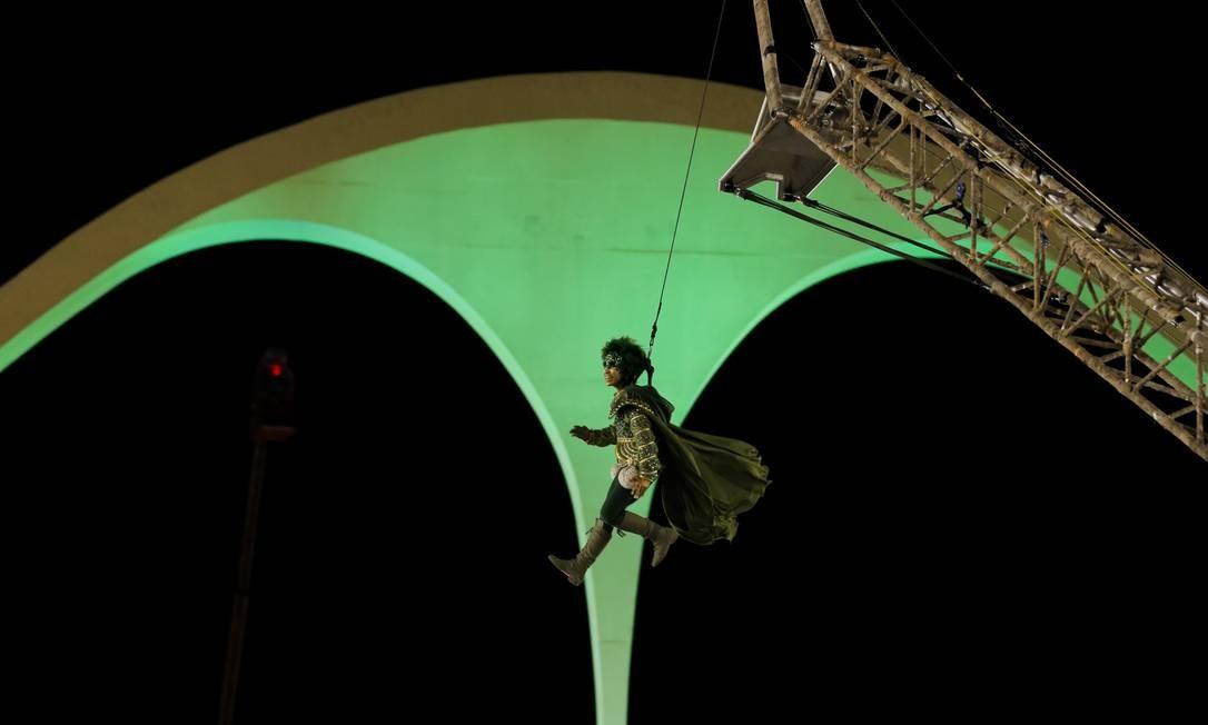 Robin Hood voando na Sapucaí Foto: Alexandre Cassiano / Agência O Globo