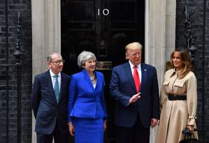 Donald Trump e Theresa May, na frente da residência oficial da primeira-ministra britânica Foto: BEN STANSALL / AFP