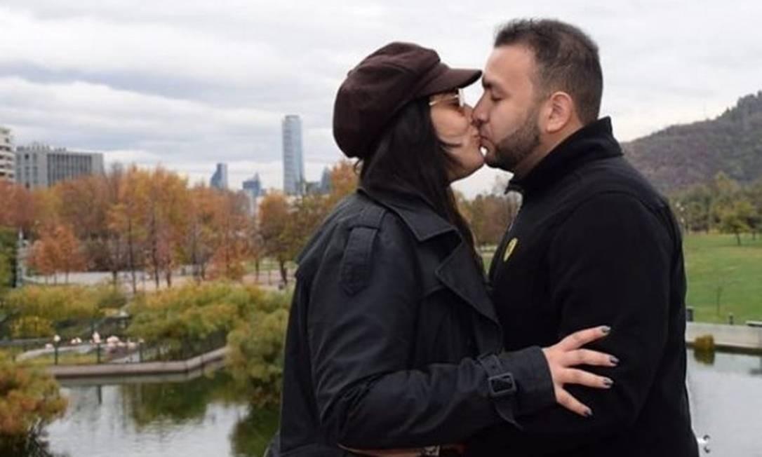 Os pais de Khálida, Lenne Carvalho Lisboa e Jorge Trabulsi, se beijam na Região Metropolitana de Santiago, a capital chilena Foto: Reprodução/Instagram