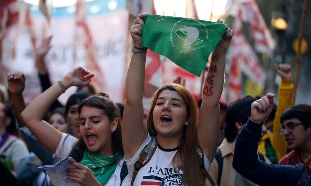 Mulheres durante manifestação contra o feminicídio e a favor do aborto em Buenos aires nesta segunda-feira Foto: AGUSTIN MARCARIAN / REUTERS