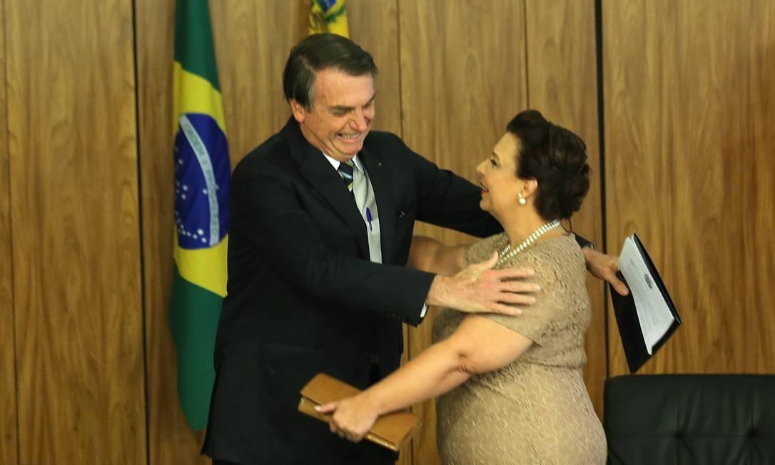 Jair Bolsonaro recebe as credenciais de Maria Teresa Belandria, representante no Brasil de Juan Guaidó, em junho do ano passado Foto: Jorge William / Agência O Globo