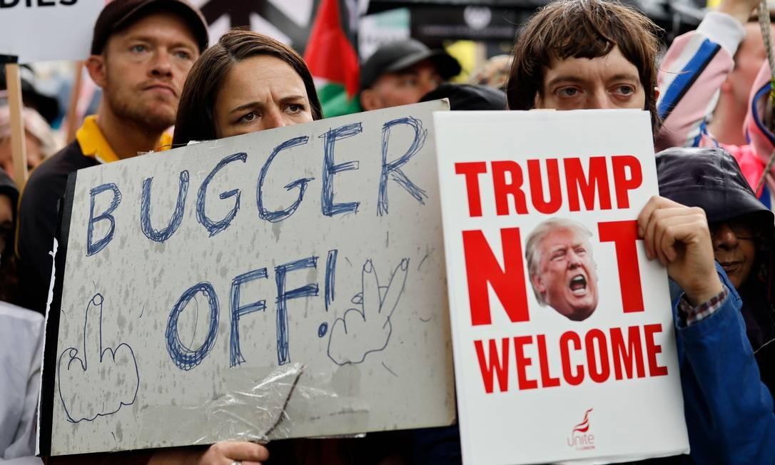 """""""Cai fora"""" e """"Trump não é bem-vindo"""", dizem cartazes nos protestos contrários à visita do líder americano Foto: TOLGA AKMEN / AFP"""