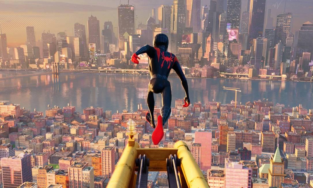 """Homem-Aranha aparece como um adolescente negro do Brooklyn em """"Homem-Aranha no Aranhaverso"""" (2018). Miles Morales se torna o super-herói após a morte de Peter Parker, e numa das suas aventuras descobre o Aranhaverso, um universo de diferentes dimensões em que outros heróis usam a máscara do Homem-Aranha. A produção, com direção de Bob Persichetti, Peter Ramsey, Rodney Rothman, foi aclamado pela crítica, e levou o Oscar, o BAFTA e o Globo de Ouro nas categorias de Melhor Animação. Foto: Divulgação / Sony Pictures Animation"""