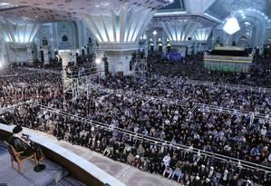 Multidão ouve discurso do líder supremo do Irã, aiatolá Ali Khamenei, durante cerimônia marcando os 30 anos da morte do fundador da República Islâmica, aiatolá Ruhollah Khomeini, em Teerã. Foto: Serviço de Imprensa de Ali Khamenei / REUTERS
