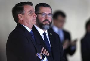 Bolsonaro e o chanceler Araújo em recepção no Itamaraty: encolhimento em relação ao governo Lula Foto: Jorge William / O Globo/16-1-2019