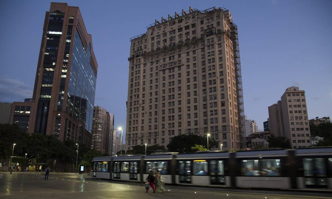 """Antes do surgimento de edifícios altos ao longo da Avenida Rio Branco, """"A Noite"""" foi o prédio mais alto do Rio e, por muitos anos, da América Latina Foto: Guito Moreto / Agência O Globo"""