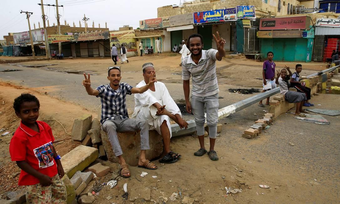 Manifestantes do Sudão gesticulam em barricada contra forças do Exército Foto: STRINGER / REUTERS