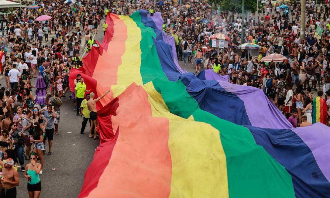 Bandeira do arco-íris é exibida na Parada do Orgulho LGBTI, no Rio Foto: Brenno Carvalho / Agência O Globo