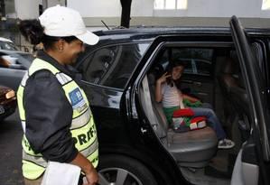 Lei da Cadeirinha para transportar crianças em carros de passeios Foto: Domingos Peixoto 08-09-2010 / Agência O Globo