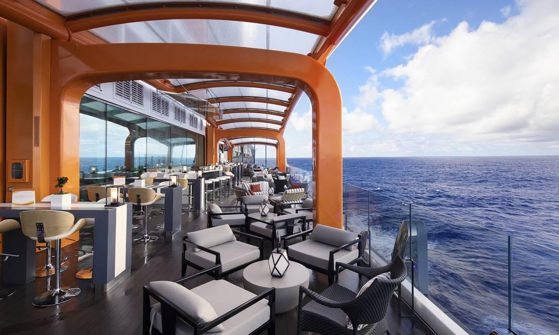 Magic Carpet, o 'tapete voador' do Celebrity Edge, é uma plataforma móvel que sobe e desce pela lateral do navio, servindo tanto para ampliar espaços de restaurantes e bares quanto para embarque e desembarque em passeios Foto: Michel Verdure / Celebrity Cruises / Divulgação