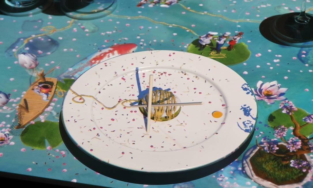 No restaurante Le Petit Chef, luzes e desenhos são projetados nas mesas e nos pratos e interagem com a comida servida Foto: Celebrity Cruises / Divulgação