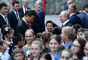 Os presidentes da Rússia, Vladimir Putin, e da China, Xi Jinping, participam de entrega de 2 ursos panda para o zoológico de Moscou. O governo chinês afirma que foi um presente para marcar a amizade entre os dois países, que em 2019 marcam 70 anos de relações diplomáticas Foto: Agência Sputnik / REUTERS
