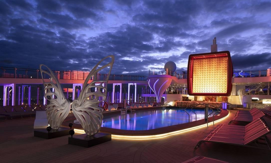Uma dessas obras é a 'Dream machine', peça em forma de asas de borbletas do artista plástico maranhense Rubem Robierb que fica em frente à piscina principal Foto: Michel Verdure / Celebrity Cruises / Divulgação