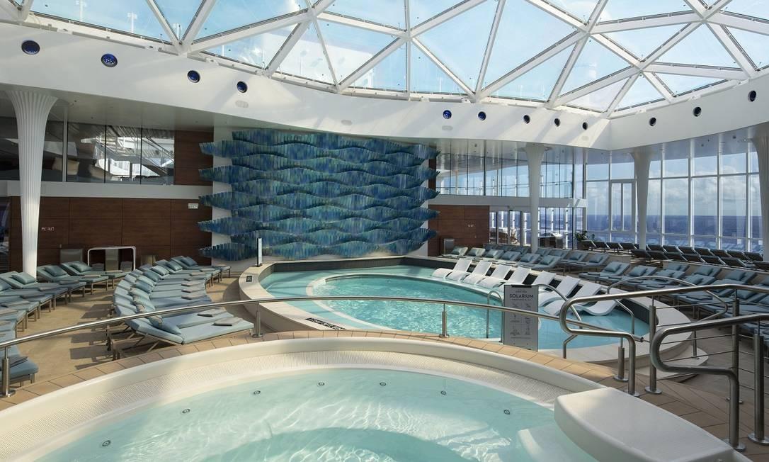 O Solarium, onde ficam as piscinas cobertas aquecidas, um espaço só para adultos no navio de luxo Foto: Michel Verdure / Celebrity Cruises / Divulgação