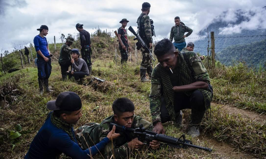 Em foto de 2018, membros das antigas Farc treinam tiro em Medellín Foto: FEDERICO RIOS ESCOBAR / NYT