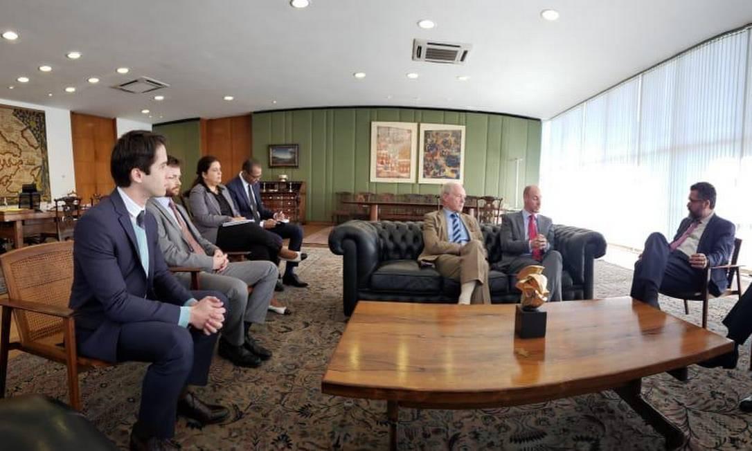 Kanner (à esquerda) com britânicos e Ernesto Araújo (à direita) Foto: Divulgação