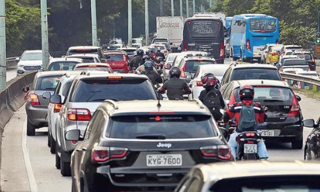 Ir e vir caótico: com o fechamento da Avenida Niemeyer, a Autoestrada Lagoa-Barra registrou, segundo a CET-Rio, um aumento do fluxo de veículos na hora do rush, entre 7h e 10h, o que provocou um aumento de 28% no tempo de viagem Foto: Fabiano Rocha / Agência O GLOBO