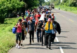 Migrantes caminham no México rumo à fronteira americana: aumento de 30% de detenções em maio nos EUA Foto: JOSE TORRES / REUTERS