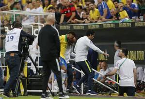 Neymar é amparado a caminho do vestiário do Mané Garrincha Foto: Jorge William
