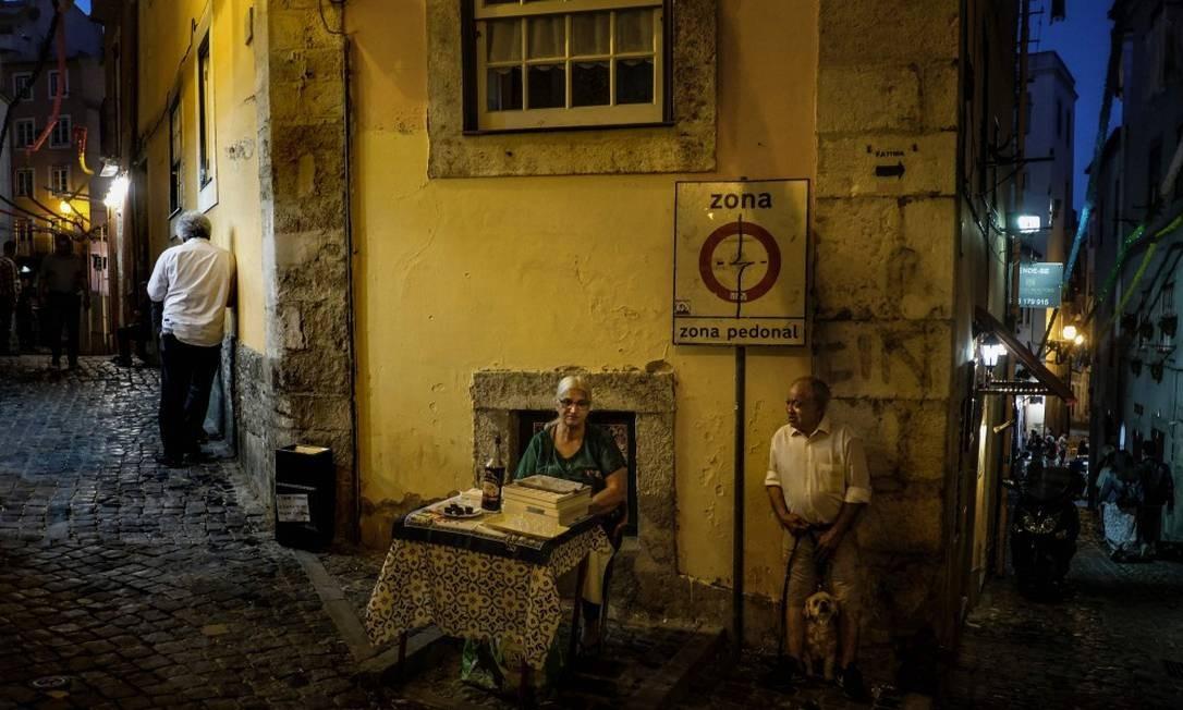 A atmosfera noturna da cidade reúne locais, artistas e turistas do mundo inteiro Foto: PATRICIA DE MELO MOREIRA / AFP