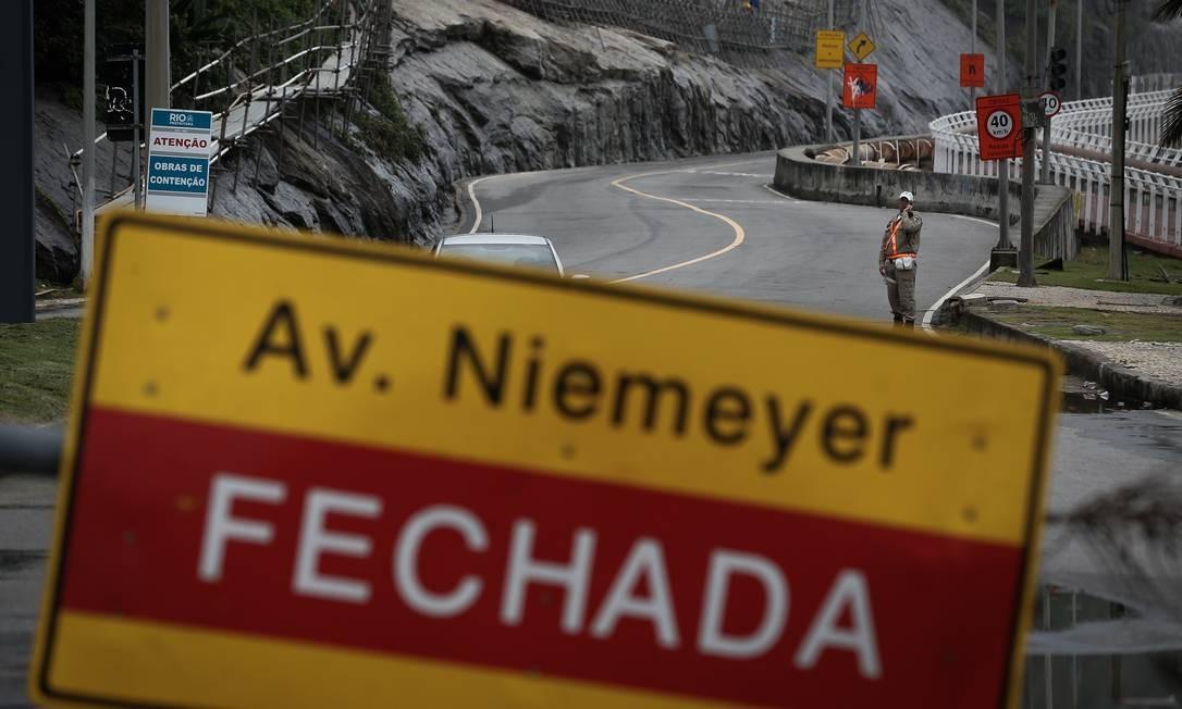 A interdição da avenida se deve ao risco de deslizamentos e aumentou o tempo de deslocamento entre a Barra da Tijuca e a Zona Sul Foto: Pablo Jacob / Agência O Globo