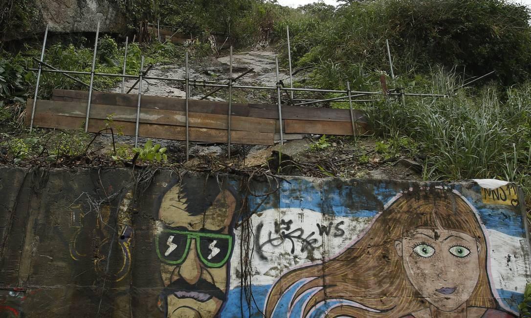 Área de deslizamento de parte da encosta na Niemeyer: apenas moradores podem transitar pela Avenida Niemeyer Foto: Antonio Scorza / Agência O Globo