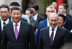 Vladimir Putin e Xi Jinping, em visita ao zoológico de Moscou Foto: ALEXANDRE VILF/ SPUTNIK / REUTERS/ 05-06-2019