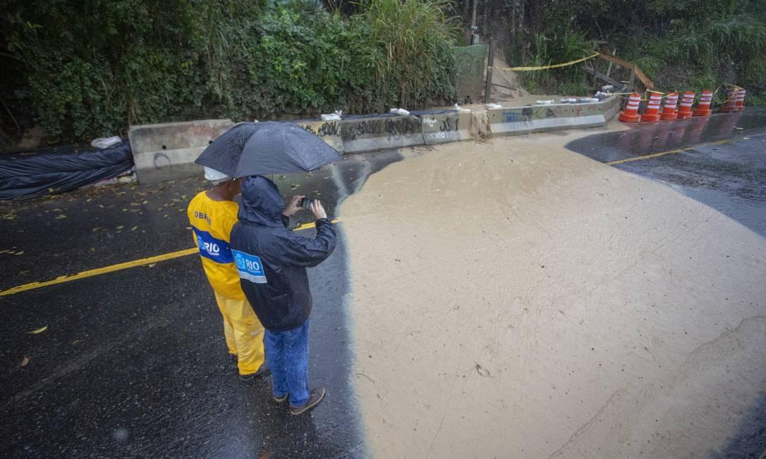 Toda vez que chove, água e terra descem da montanha e formam bolsões na pista da Avenida Niemeyer Foto: Bruno Kaiuca / Agência O Globo