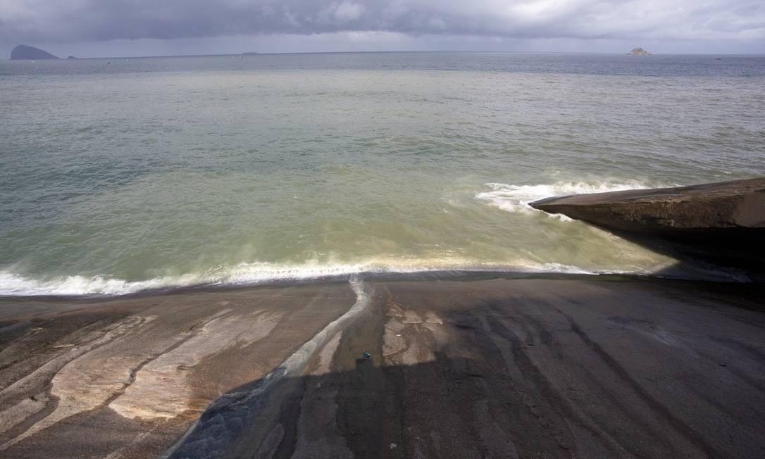 Água e lama que deslizam pelo costão da Niemeyer mudam a cor do mar Foto: Bruno Kaiuca / Agência O Globo