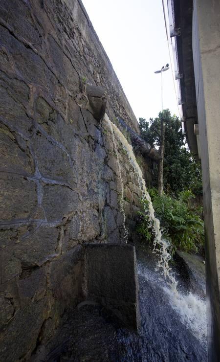 Galeria de água na encosta da Avenida Niemeyer Foto: Bruno Kaiuca / Agência O Globo