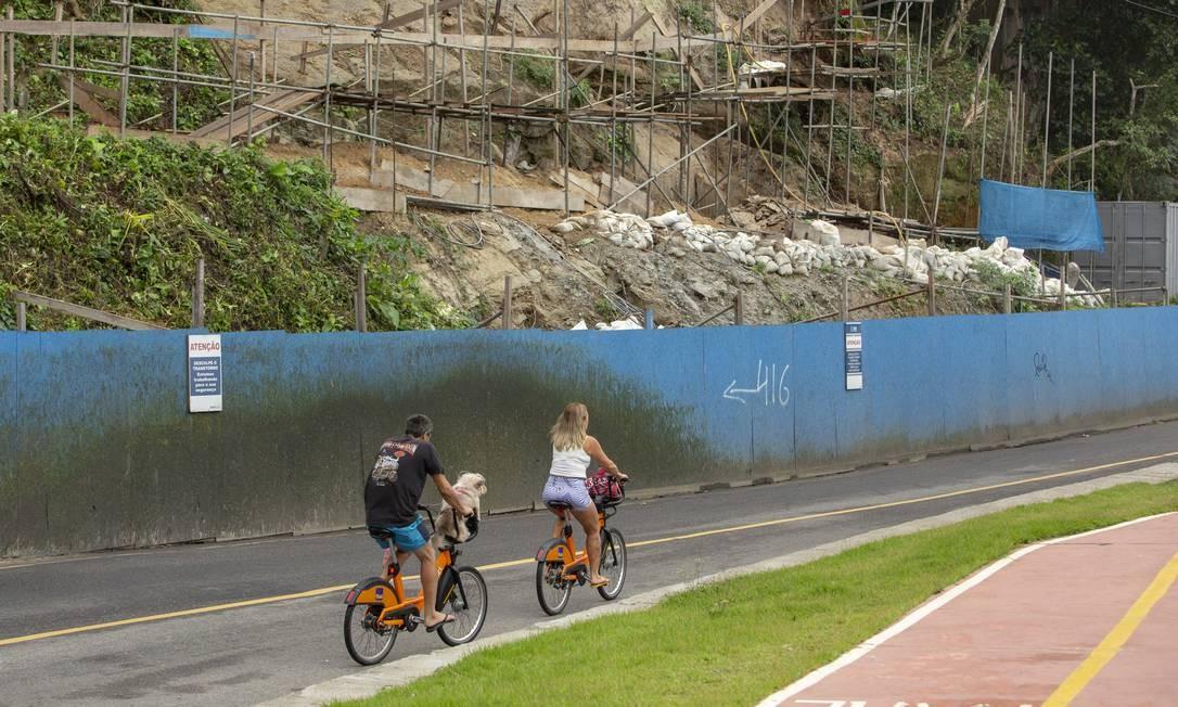 Ciclistas circulam pela Avenida Niemeyer, fechada para o tráfego de veículos desde o último dia 28 Foto: Bruno Kaiuca / Agência O Globo