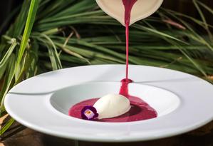 Capim Santo. Sopa morna de frutas vermelhas com sorvete de rosas Foto: Victor Carnevale / Divulgação