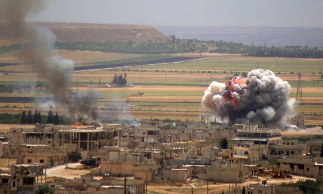 Fumaça e incêndio aumentam após o bombardeio das forças do governo sírio sobre a cidade de Khan Sheikhun, no interior do sul da província de Idlib. Foto: ANAS AL-DYAB / AFP